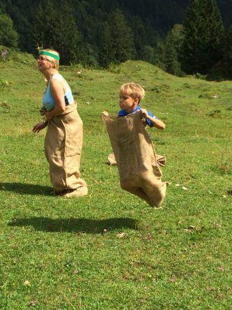 Beim Sackhüpfwettbewerb auf der Alm hatten auch die Eltern ihren Spaß!