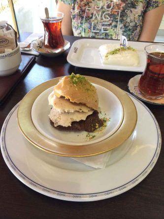 Leckeres Tavuk Gögsü Dessert im Mado Cafe