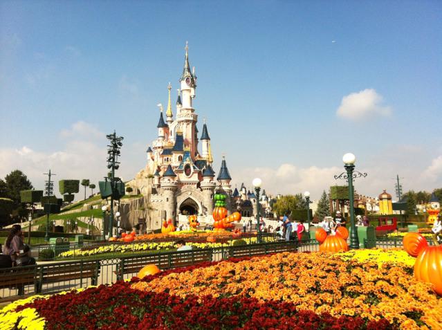Alles ist schon prunkvoll geschmückt für Halloween in Disneyland® Paris.