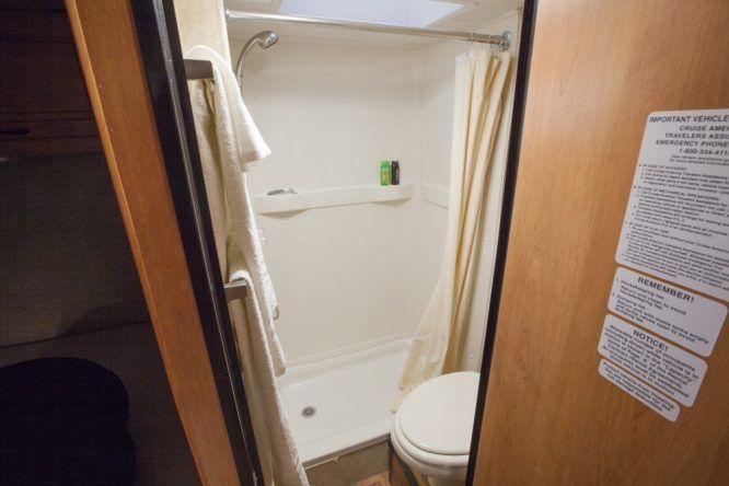 Klein aber komplett - Camper mit Dusche und WC