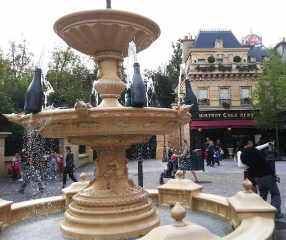 Rattenscharf: Der Champagner-Brunnen vor dem Bistrot Chez Remy