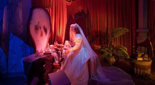Kein Spiegelbild sondern ein Totenkopf - die Braut blickt dem Tod ins Gesicht