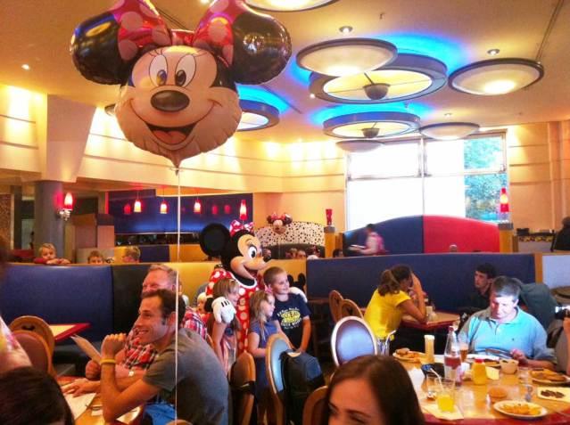 Minnie posiert mit ihren kleinen Fans
