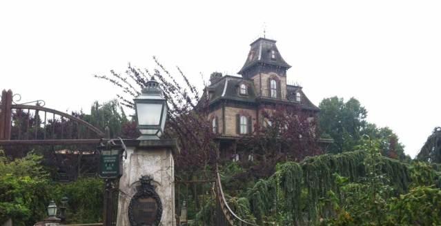 Die verfallene Villa ist bereits in die Jahre gekommen