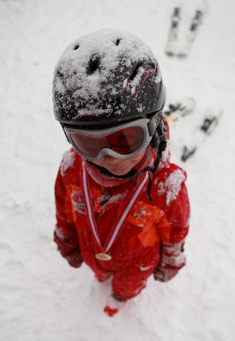 Kind mit Medaille Skifahren