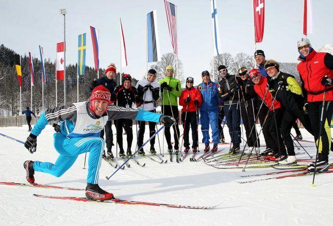 In einer Gruppe beginnt der Langlaufskitag