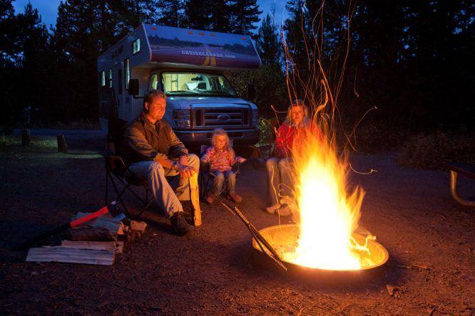 Lagerfeuer vor dem Camper