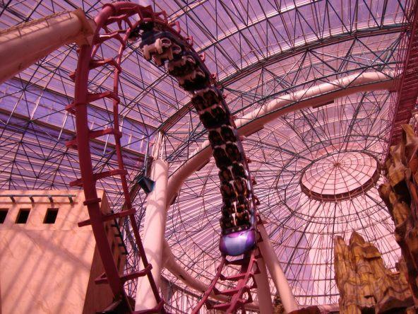 Achterbahn mit Doppellooping im Circus Circus Adventuredome