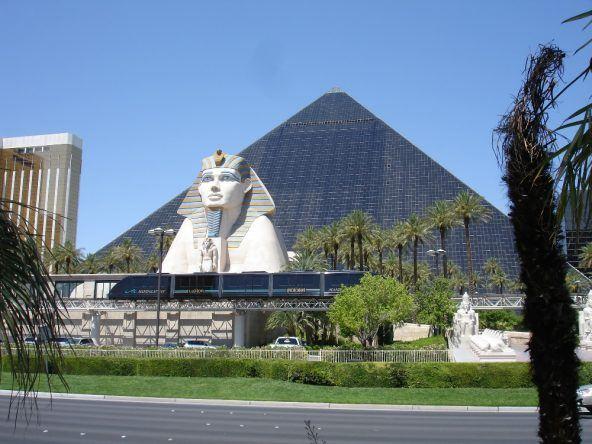 Pyramidenflair und Sphinx im Luxor auf dem Las Vegas Strip