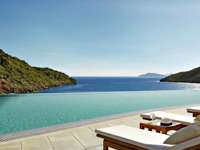 Die türkis- und dunkelblaue Farbkombination von Pool und Meer gibts nur im Daios Cove Luxury Resort & Villas auf Kreta