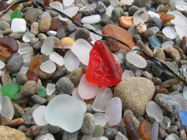 Wunderschön und sehr selten - rotes Glas am Glass Beach