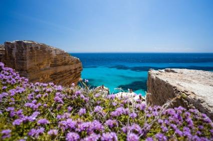 Eine unvergleichliche Farbmischung an den Stränden Siziliens in Italien: Türkisblaues Wasser vermischt sich mit Dunkelbau.