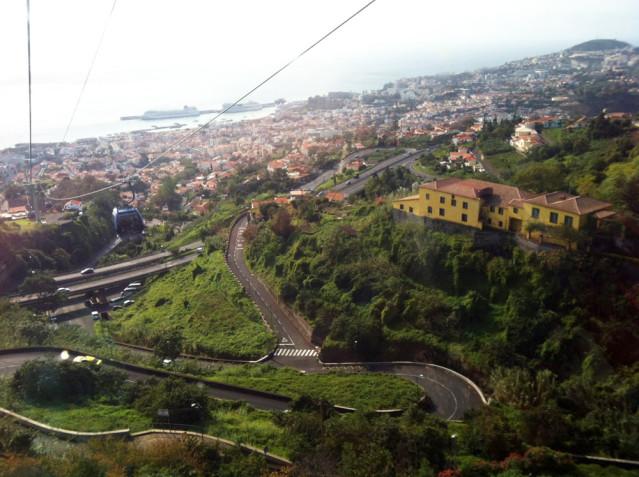 Schwindelerregend schön - die Aussicht auf Funchal aus einer Gondel der Seilbahn.