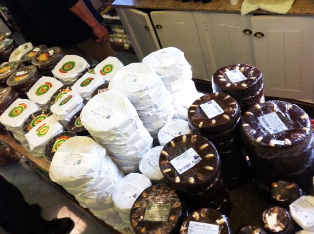 Der Bolo de Mel - ein Honigkuchen mit Trockenfrüchten und Nüssen wird überall angeboten.