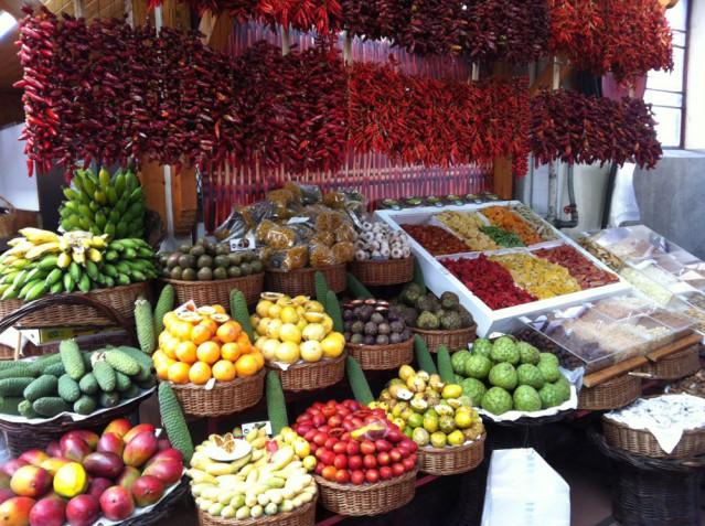 Bunte Vielfalt auf dem berühmten Markt in Funchal. Hier kann man nicht widerstehen.