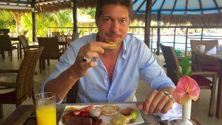Sebastian Deyle beim Frühstück in der Sportbar