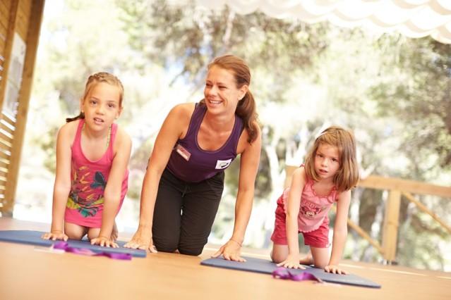 Entspannung beim Kinderyoga gibt es in den PURAVIDA Resorts einmal pro Woche.