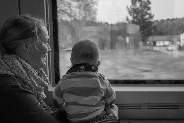 Baby und Mutter im Zug