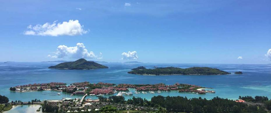 Am Meer mit dem Baby: Blick vom Aussichtsturm auf die Insel Mahé auf den Seychellen
