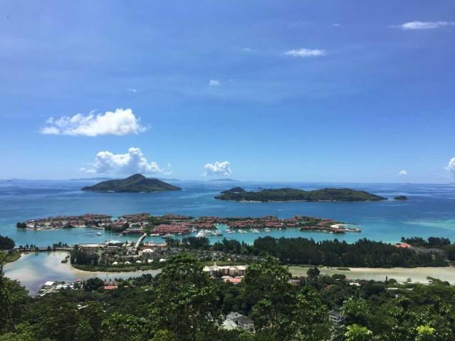 Am Meer im Babyurlaub: Wunderschöne Aussicht auf die Insel Mahé auf den Seychellen