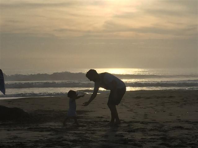 Philipp im Urlaub mit seinem Baby am Meer