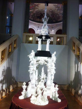 Eins der vielen kunstvollen Ausstellungsstücke in der Porzellanmanufaktur
