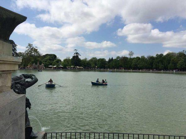 Unsere Freunde bei der Bootsfahrt auf dem künstlichen See Estanque del Retiro
