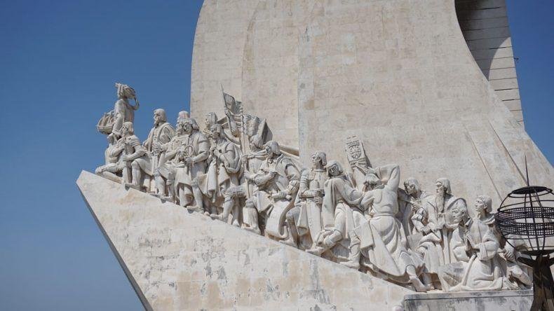 Das Denkmal der Entdeckungen zeigt 33 wichtige Persönlichkeiten: Ganz vorne ist Heinrich der Seefahrer