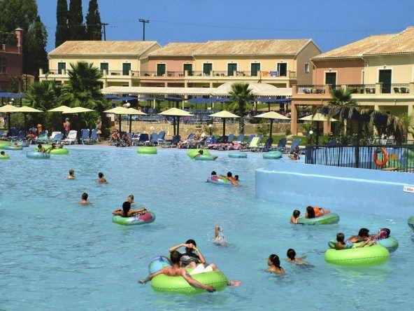 Der drittgrößte 'Wellenpool der Welt befindet sich im SplashWorld Aqualand Resort auf Korfu in Griechenland