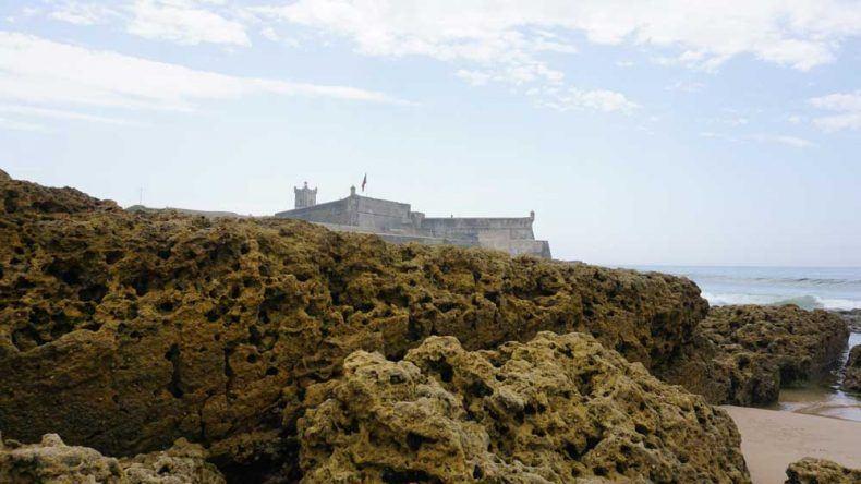Entdecke beim Spaziergang am Carcavelos die historische Festung Sao Juliao da Barra Lissabons