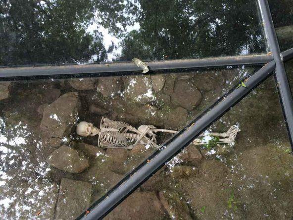 Ein Grab vor der Burg Castelo dos Mouros