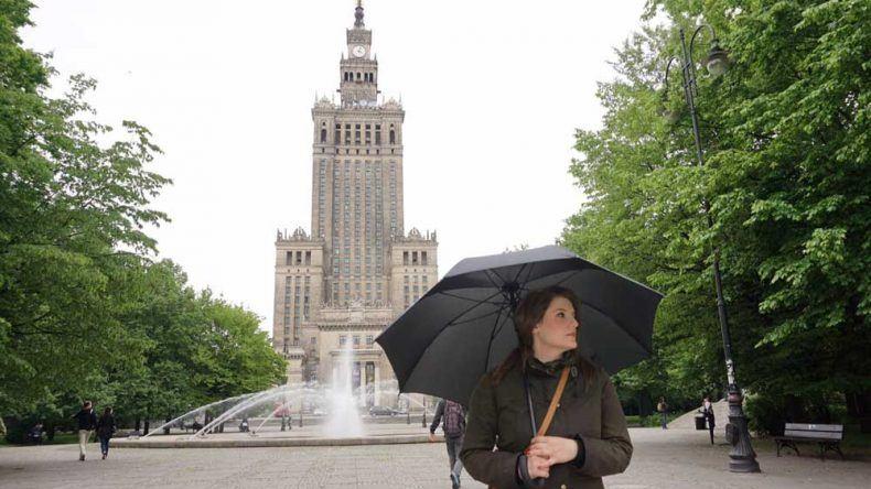 Bei leichtem Regen posiere ich vor dem Kulturpalast in Warschau