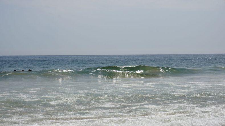 Baden im Meer von Lissabon am Carcavelos Beach