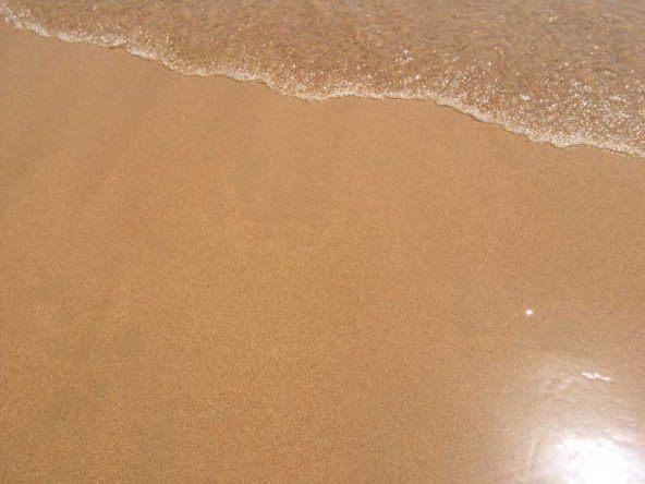 Feinster goldgelber Sandstrand am Praia de Carcavelos von Lissabon