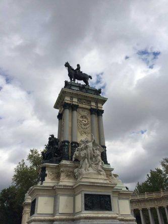 Hier ist das Monument für Alfons XII. direkt am See im Retiro Park zu sehen