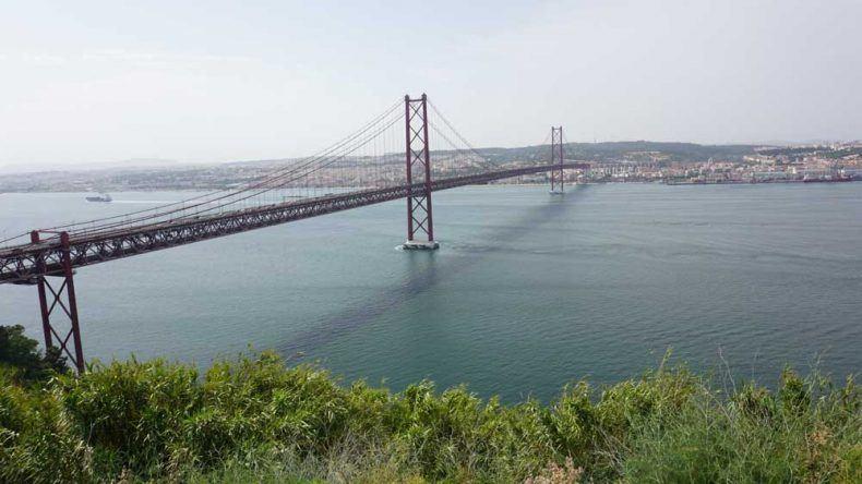 Die zweitlängste Hängebrücke der Welt: Ponte 25 de Abril über dem Fluss Tejo verbindet Lissabon und Almada