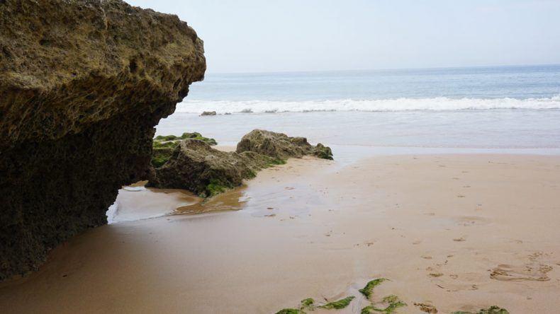 Umgeben von Felsen ist der Praia de Carcavelos in Lissabon