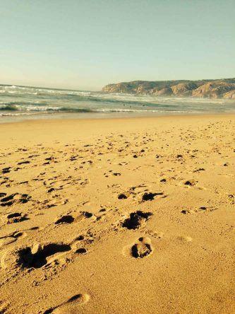 Ein romantischer Spaziergang am Guincho Strand bei Lissabon