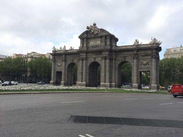 Der berühmte Torbogen in Madrid: Puerta de Alcalá