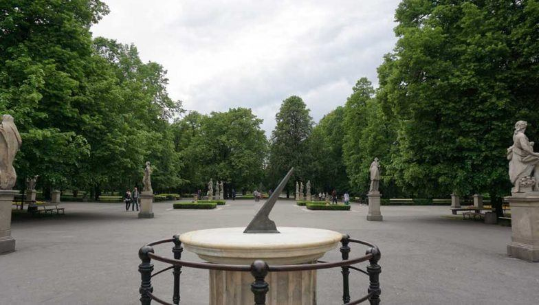 Sächsischer Garten in Warschau mit vielen Statuen