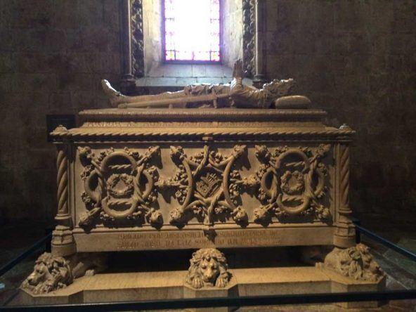 Das Sarkophag eines portugiesischen Königs im Hieronymitenkloster in Lissabon
