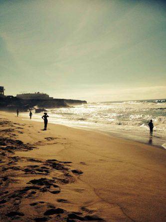 Mit starken Wellen ist der Praia do Guincho ein wahres Surfparadies in Portugal