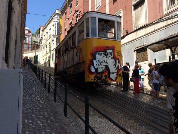 Die berühmte Standseilbahn in Lissabon: Ascensor da Glória
