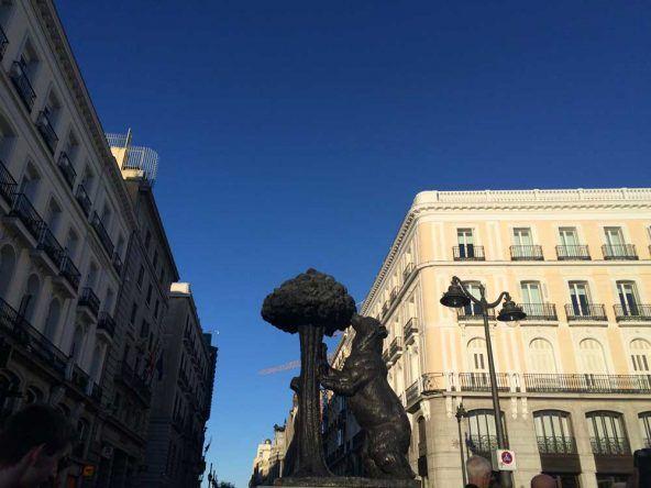 Das Wahrzeichen Madrids: Ein Bär, der am Erdbeerbaum nagt (Oso y el Madrono)