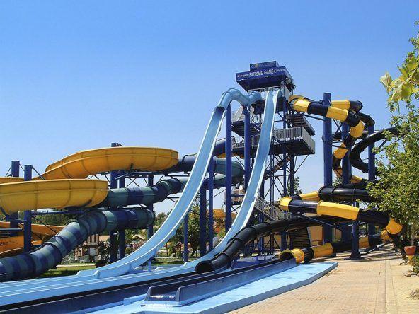 Eine riesige Wasserrutsche im SplashWorld Aqualand Resort auf Korfu in Griechenland