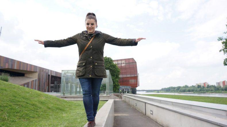 Ich balanciere zum Wissenschaftszentrum Kopernikus in Warschau, das sich aber irgendwie hinter mir befindet