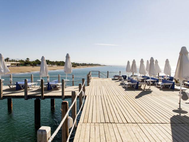 Mitten im Meer auf dem Steg die Sonne genießen: Im Blue Waters Club