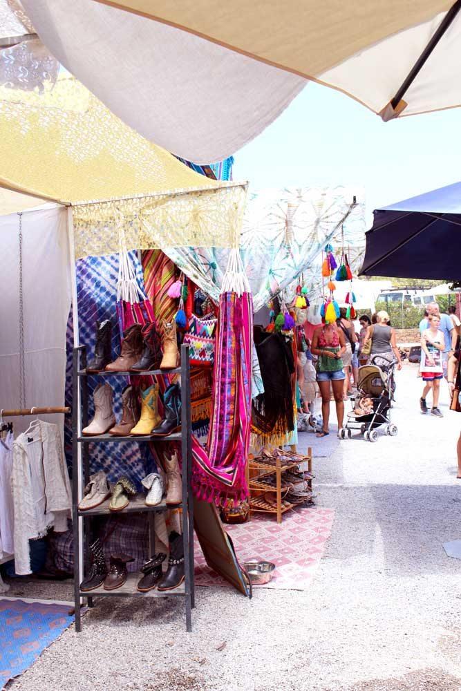 Hier findet man alles für ein echtes Ibiza-Ouftit: bunte Wildlederstiefel & selbstgemachte Blumenhaarbänder