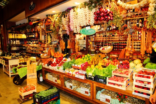 Für Liebhaber kulinarischer Genüsse - Obst, Gemüse und italienische Feinkost so weit das Auge reicht.