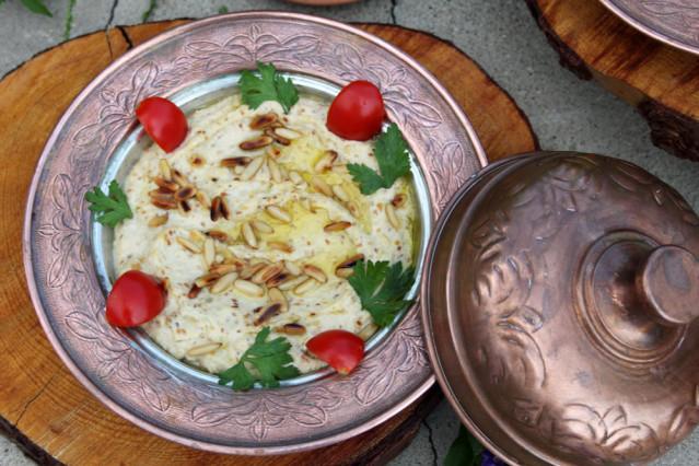 Hummus mit Pinienkernen